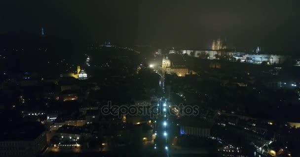 Noční panorama Prahy, panoramatický pohled ze vzduchu na Staroměstské náměstí, světla noční město, Praha