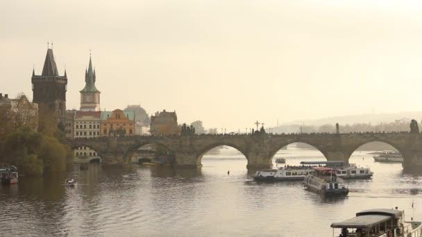 Turistů na Karlově mostě, Praze na pozadí turista loď v západu slunce, hlavní plán