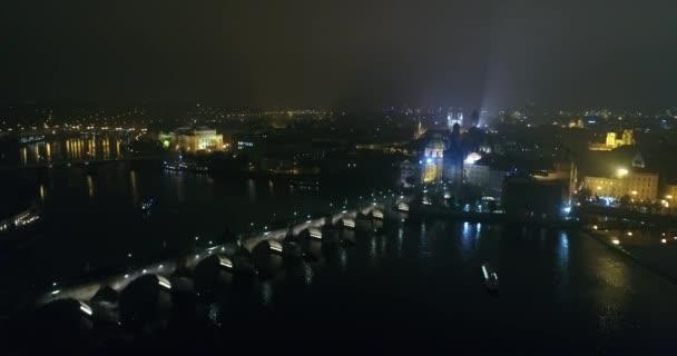 Noční panorama Prahy, panoramatický pohled ze vzduchu do starého města a Karlův most, světla noční město, Praha