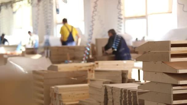 Меблі фабричних робітників у жовтий Спецодяг збирати меблі ... 45d3bf7290d4f