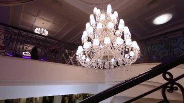 Kronleuchter Mit Glühbirnen ~ Luxus große kristall kronleuchter hängen in den palast vintage