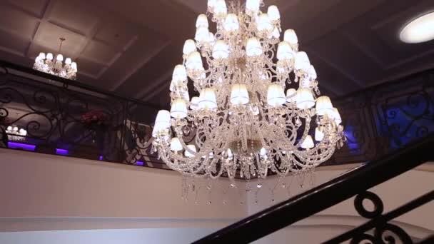 Luxe groot kristal kroonluchter opknoping in het paleis. Vintage ...