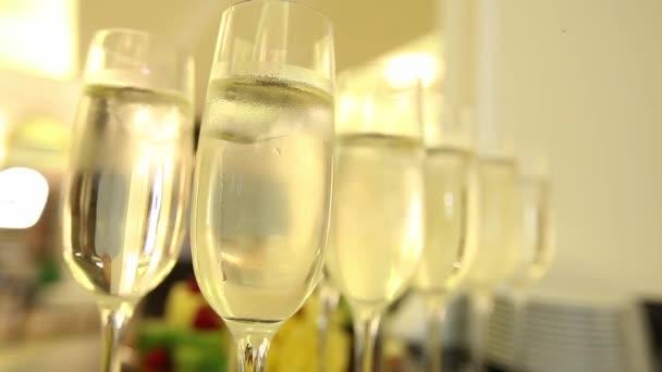 Muž vezme sklenku šampaňského na oslavy nového roku