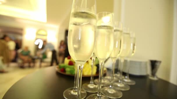 Az ünnepi asztalon szilveszteri pezsgős pohár