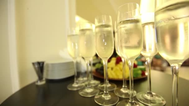 Verres à champagne sur la table de fête du nouvel an — Vidéo igor ... f29336c75a97