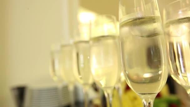 Šumivé šampaňské víno v sklenice teplého krbu. Zblízka