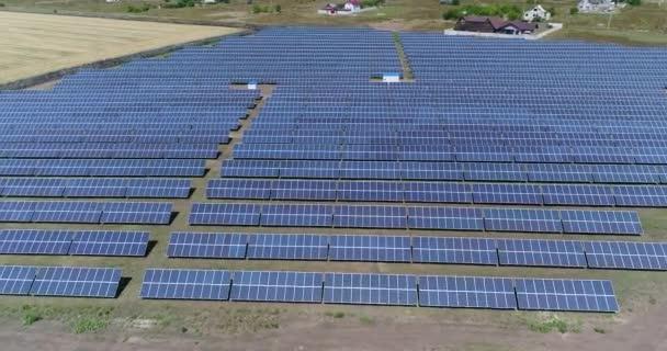 Panoramatický pohled na sluneční elektrárny, řádky solární panely, solární panely, pohled shora, letecký pohled na sluneční elektrárny, průmyslové pozadí na téma obnovitelné zdroje
