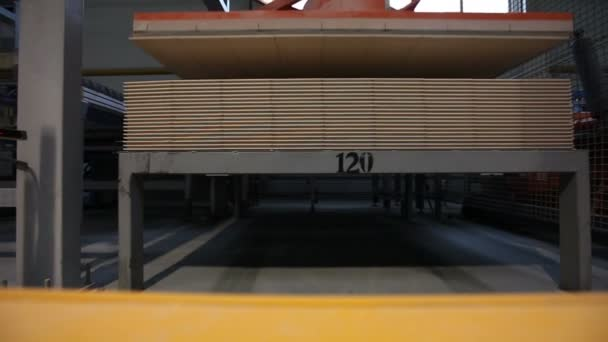 Kerámia burkolólapok, sárga színű kamiont transports rakomány, ipari belső, közeli gyártása