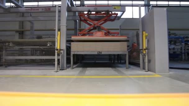 Fabbricazione di piastrelle in ceramica, interni industriali, camion giallo trasporti cargo, close-up