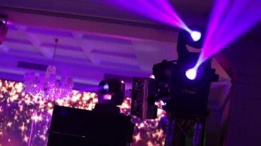 Rode podium verlichting, lichtshow op het concert — Stockvideo ...