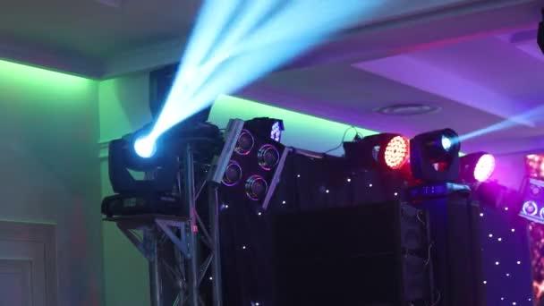 světelná show, laserová show. Fázi světla na konzole, osvětlovací koncertní pódium, zábavní koncert osvětlení na jevišti