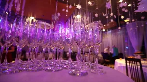 Čištění brýlí na stole připravené barman na šampaňské a víno naléval šampaňské na stole v restauraci, sklenice šampaňského na sváteční stůl