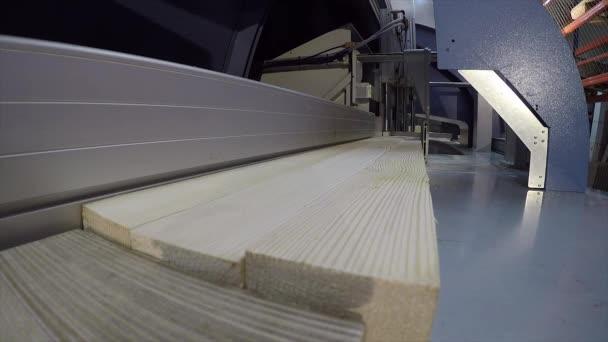 Kotoučová pila pro dřevěný blok, průmyslový interiér, moderní dřevoobráběcí stroj, pracovní stroj, řezací stroj, close-upp