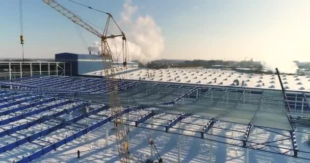 Výstavba moderní továrny nebo rostlina, průmyslová oblast v zimě, panoramatický pohled ze vzduchu. Moderní závod na zasněžené pole, konstrukční oceli struktura nové komerční budovy