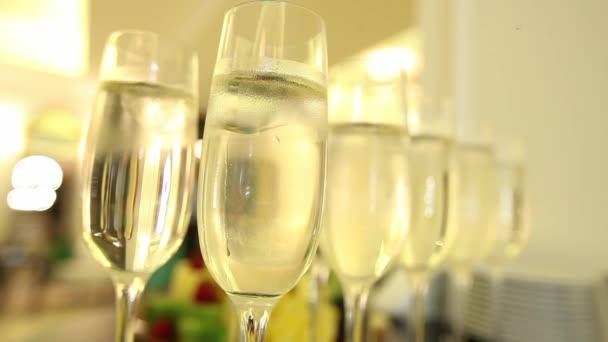 Gros plan des verres de champagne avec fond de célébration — Vidéo ... 873f6066cd95