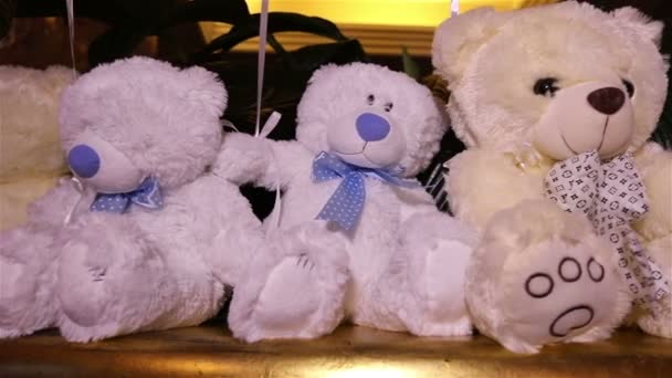 Teddy bears sedí v řadě, bílými medvídky, helium balónky, roztomilý medvídek s motýlkem na její krk, Plyšová hračka, interiéru haly pro dětské narozeniny, dárek, místnosti a interiéru, Medvídek