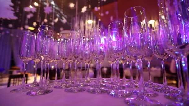Saubere Gläser auf einem vom Barkeeper vorbereiteten Tisch für Champagner und Wein, Gläser mit Champagner auf dem Tisch im Restaurant, Gläser mit Champagner auf dem festlichen Tisch