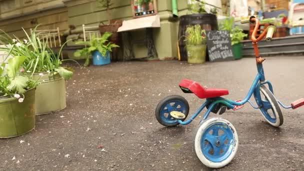 Stylová retro kavárna ve městě, malé dětské retro kolo. Sovětské exteriér, druh sovětské nádvoří