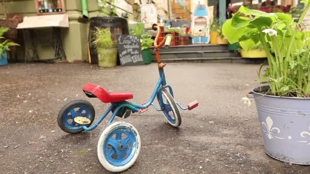 stílusos retro kávézó, a város egy utcáján, babaágy retro kerékpár. Szovjet külső, egyfajta szovjet udvar
