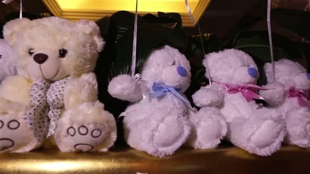 Mackó, ül egy sor fehér játékmackók, hélium ballonok, aranyos maci a pillangó, a nyak, a puha játék, a belső termekben a gyermek születésnapján, ajándék, a szobában, zárt térben, mackó