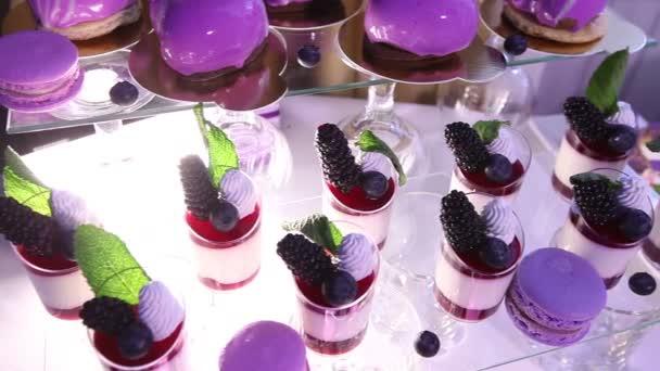 Sladkosti na bufetového stolu, svatba, stůl s sladkosti, dezerty formou bufetu, alkoholické krásné záběry