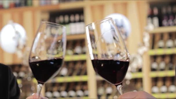Muž a žena, pití červeného vína. Detail ruce s brýlemi. Detailní záběr rukou mladých milující pár cinkání sklenic červeného vína