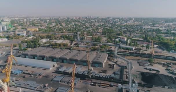 Velké nákladní lodě v přístavu. Obchodní přístav s velkými nákladními loděmi ze vzduchu