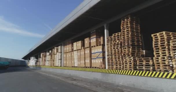 Nagy raktár dobozokkal, modern raktár, sok áru szállításra kész
