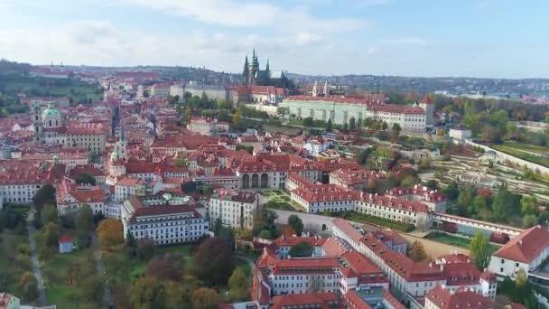Let nad starým městem Prahou, panoramatický výhled na rotundu sv. Víta a starý královský palác