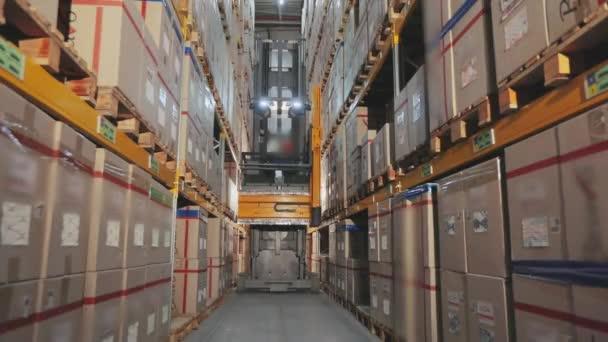 Modern targonca egy gyár raktárában, munka egy raktárban