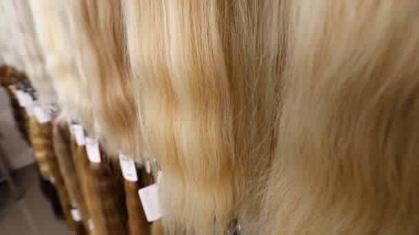 Blondes Haar zur Verlängerung, blondes Naturhaar zur Verlängerung am Stand
