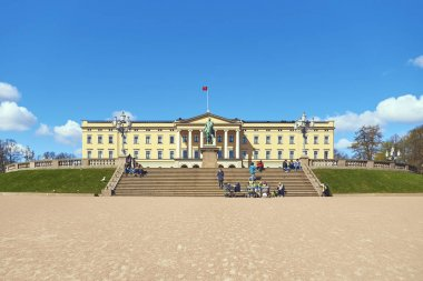 Tourists and local people in front of Slottet, the Norwegian Royal Palace