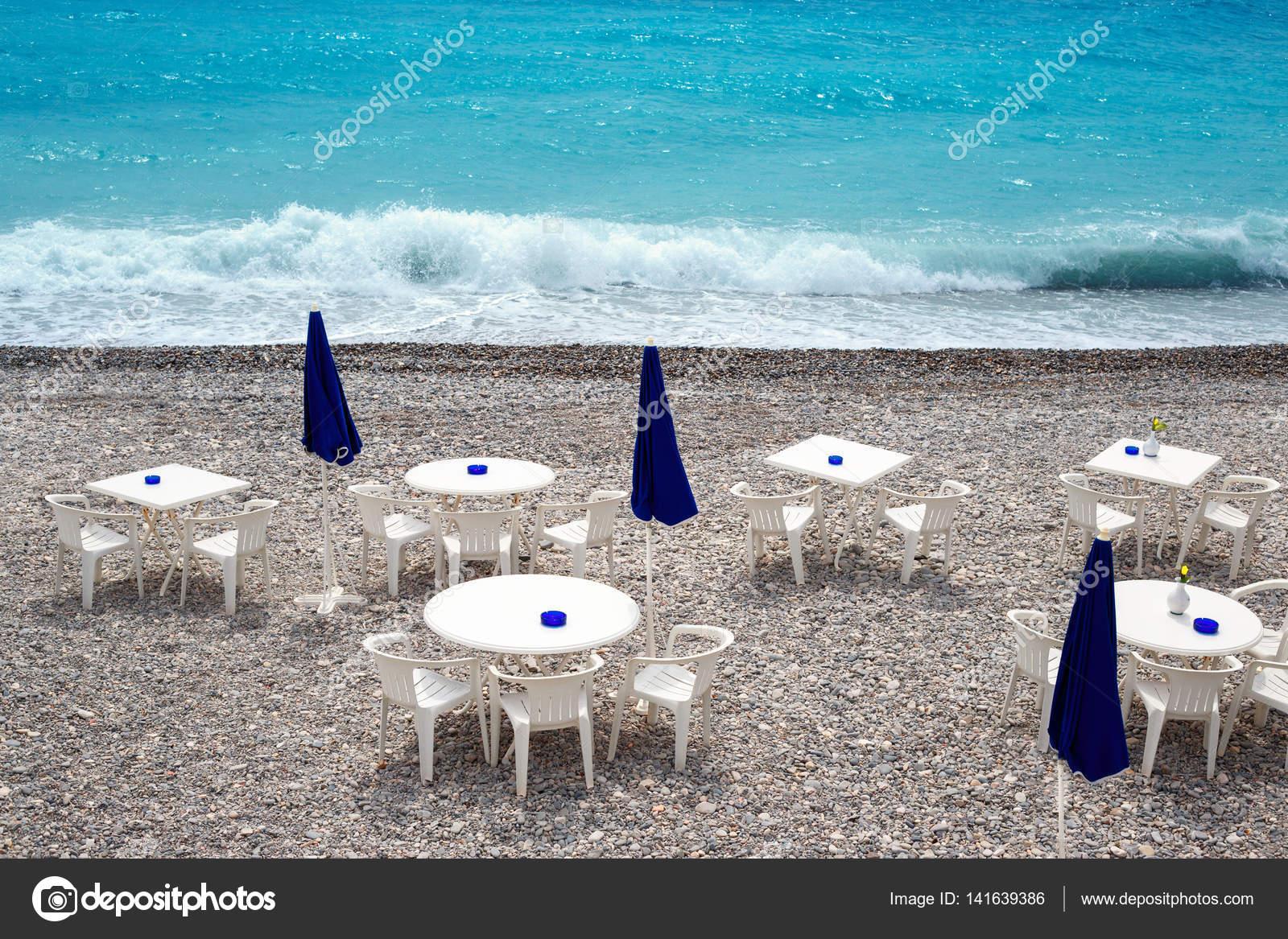 Sedie Blu Nizza : Sedie e tavoli sulla spiaggia di nizza lungo la promenade des