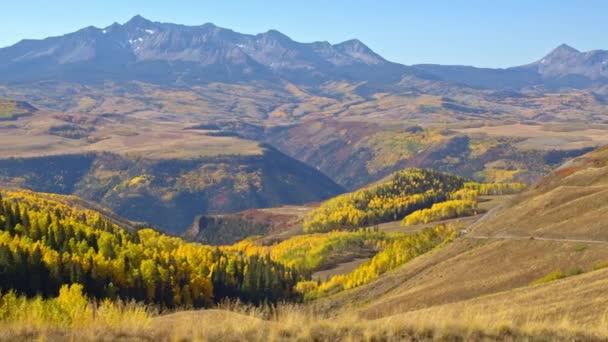Panning kilátás nyílik a Colorado táj csúcs őszi szín