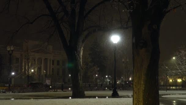 Nachts fällt nasser Schnee in Provo