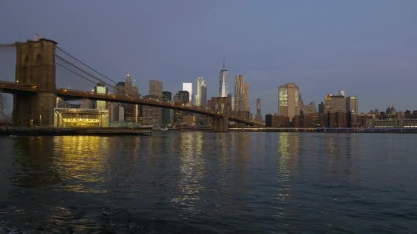 Brooklinský most za úsvitu u East River v New Yorku.