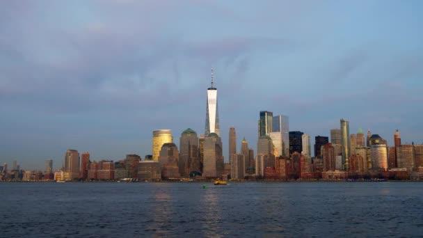 S výhledem na New York panorama za soumraku na řece Hudson.
