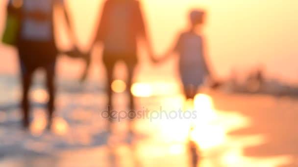 Šťastná rodina - otec, matka a dcera baví venku. Radostné mladá rodina s krásnou dívkou na námořní plavba podél pobřeží. Mladá rodina procházky podél pobřeží při západu slunce.