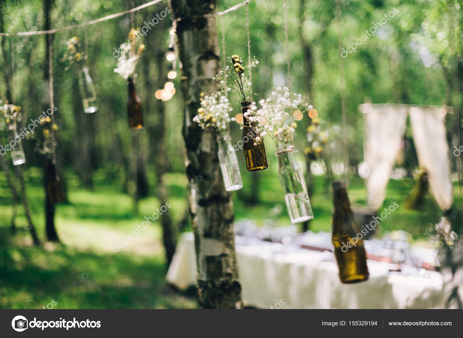 Decoration Table Mariage Arbre.Bouteilles Avec Des Fleurs Des Arbres De Décoration Dans La