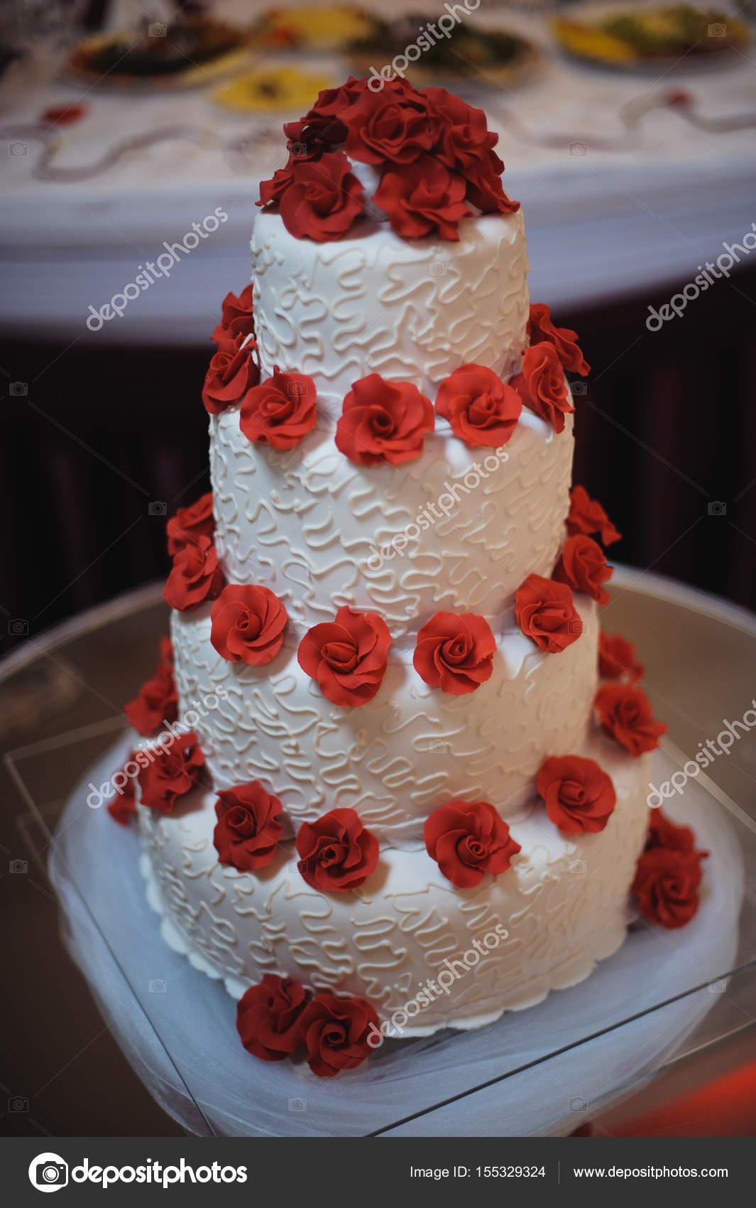 Weisse Hochzeitstorte Rote Blumen Dekorieren Stockfoto C Stebel