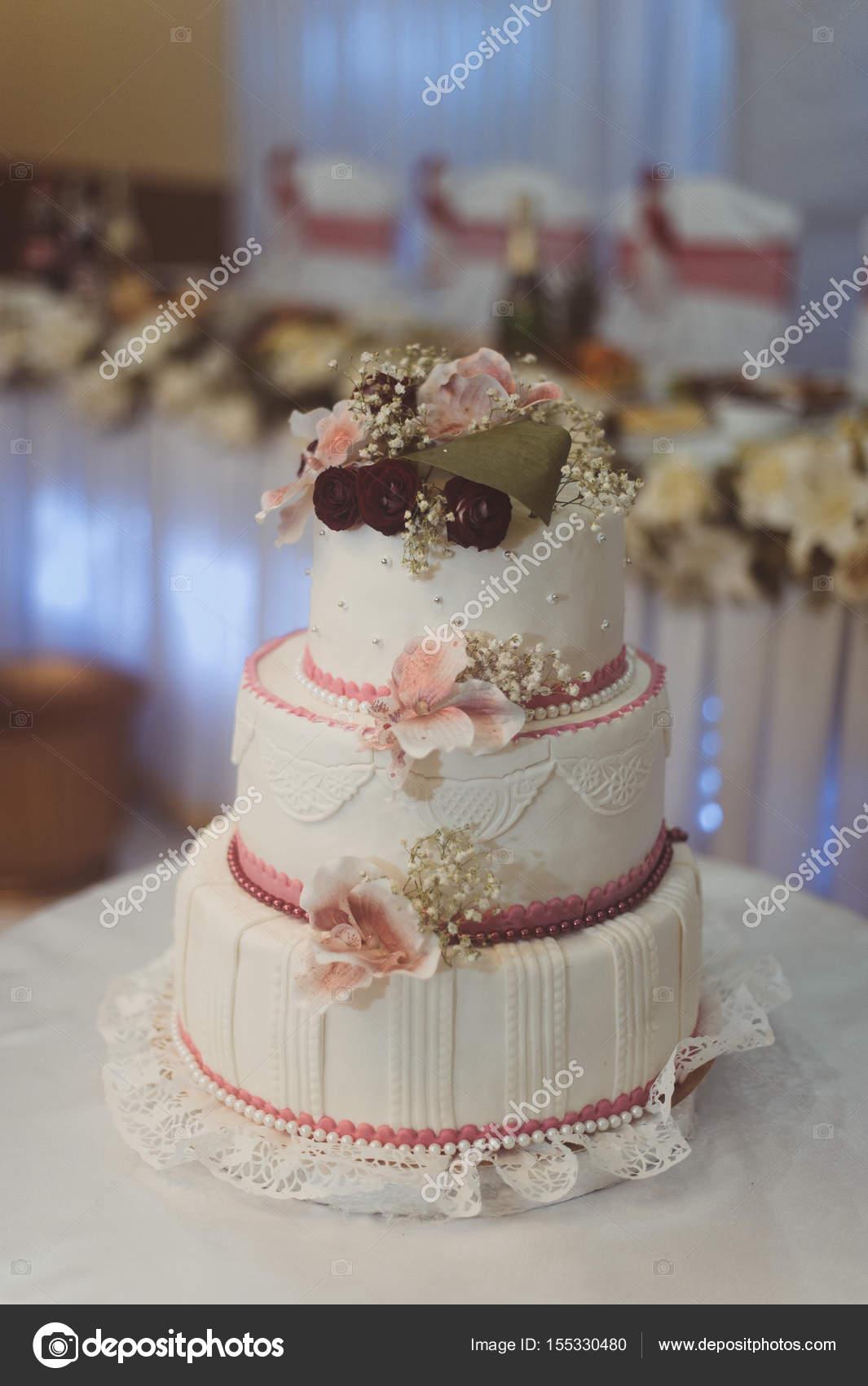 Weisse Hochzeitstorte Rosa Farbe Mit Blumen Dekorieren Stockfoto