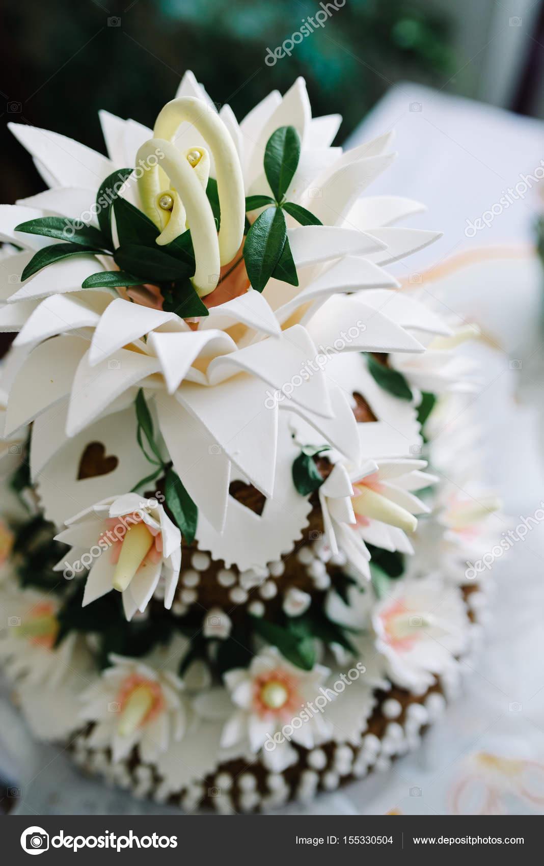 Weisse Hochzeitstorte Verzieren Sie Mit Blumen Stockfoto C Stebel