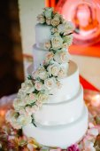 krásné bílé svatební dort s květinami
