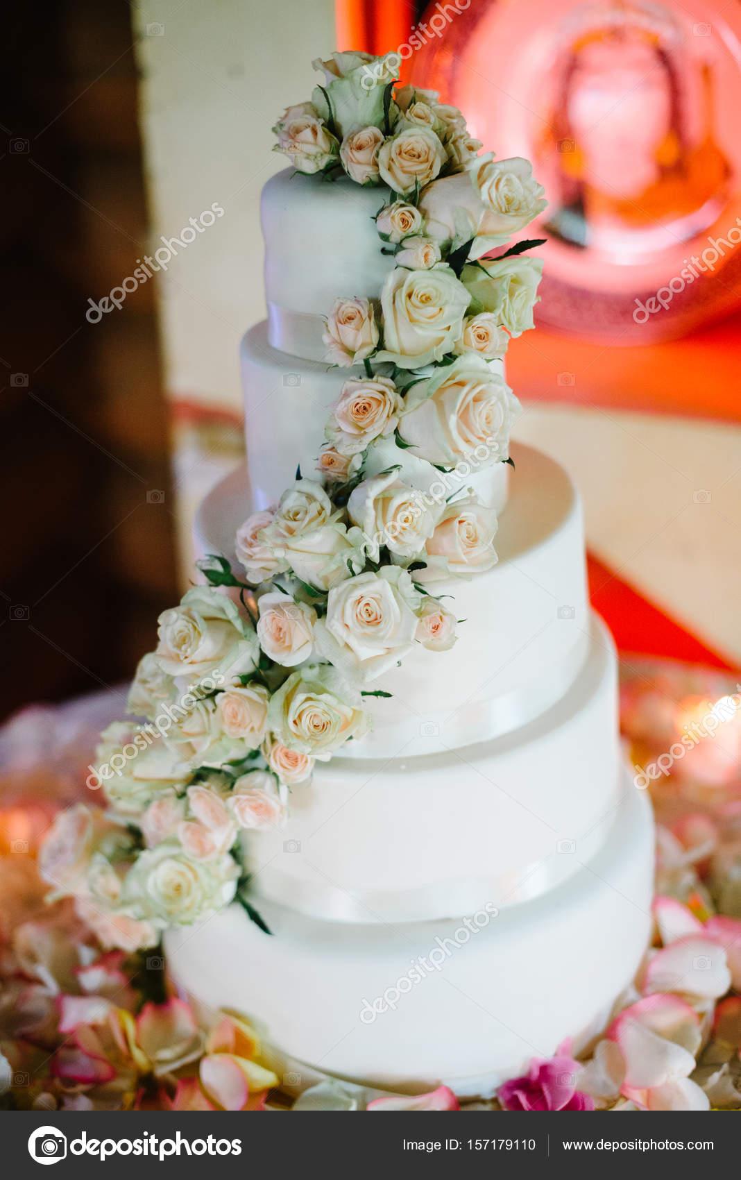 1c704f34aff6 vacker vit bröllopstårta med blommor — Stockfotografi © stebel ...