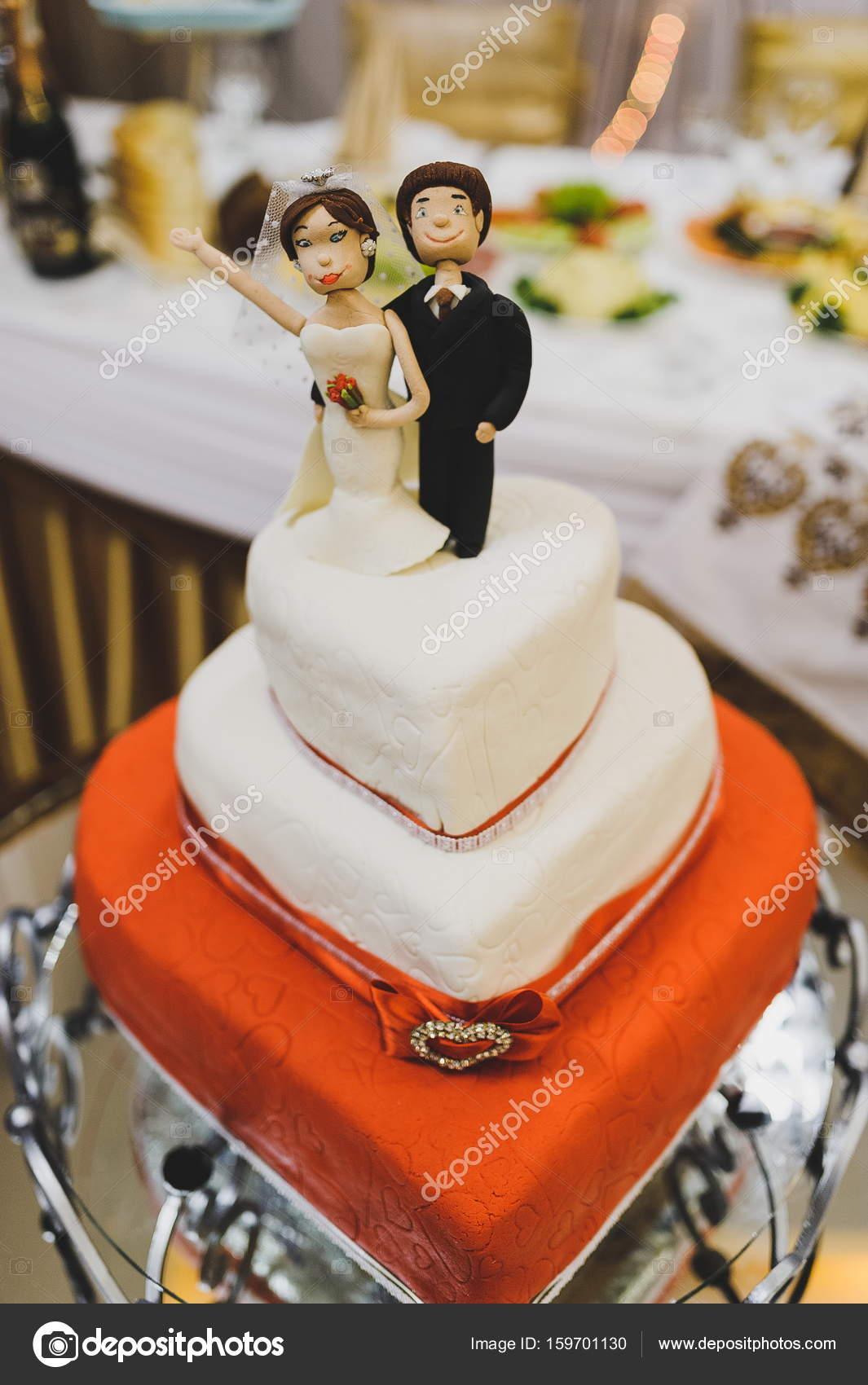 Lustige Figuren In Einem Luxuriosen Weissen Hochzeitstorte In Form
