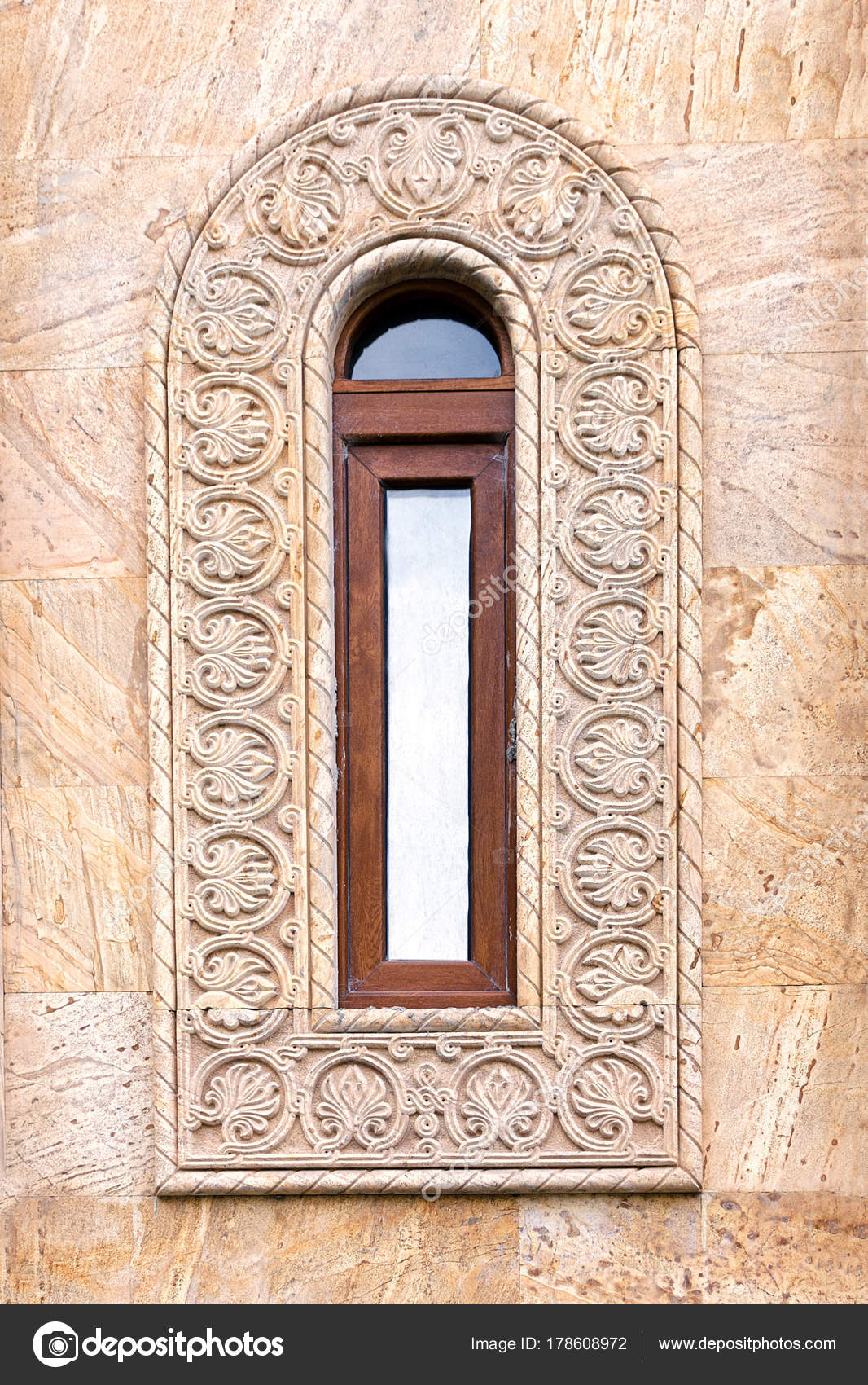 Una hermosa ventana antigua con un estrecho marco alargado y un ...