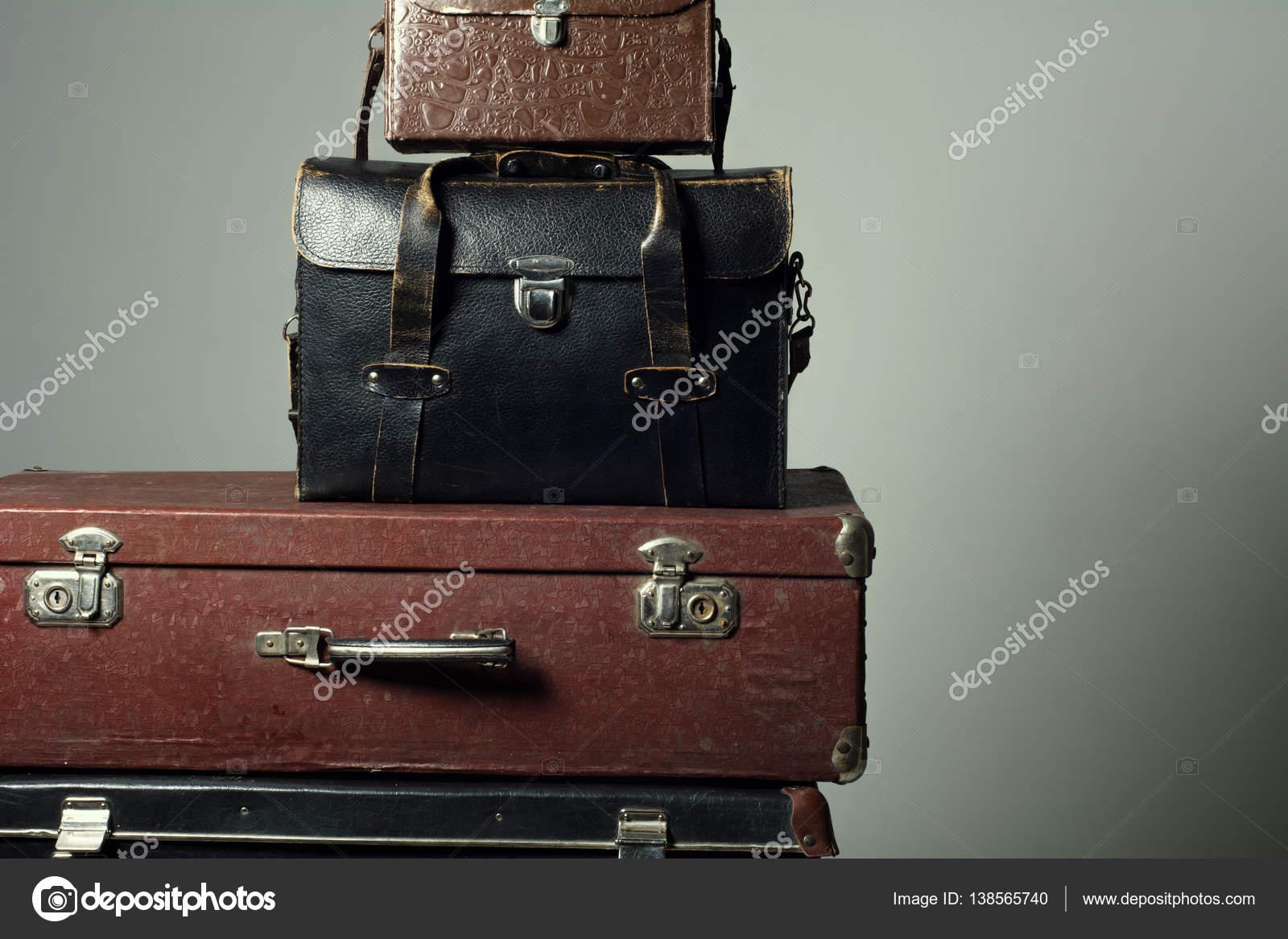 dc8790b812be4 Tło stos starych walizek formie wieża — Zdjęcie stockowe © kanzefar ...