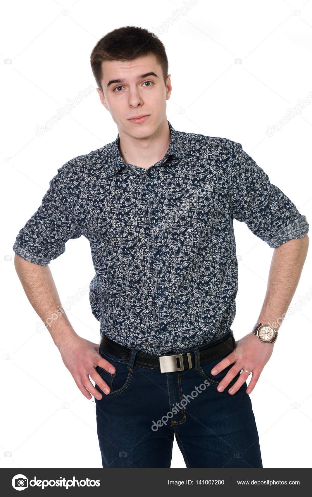 bdb4794ba23 Debout de jeune homme en chemise mains sur sa ceinture– images de stock  libres de droits