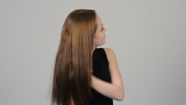 Krásná blondýna se mává vlasy