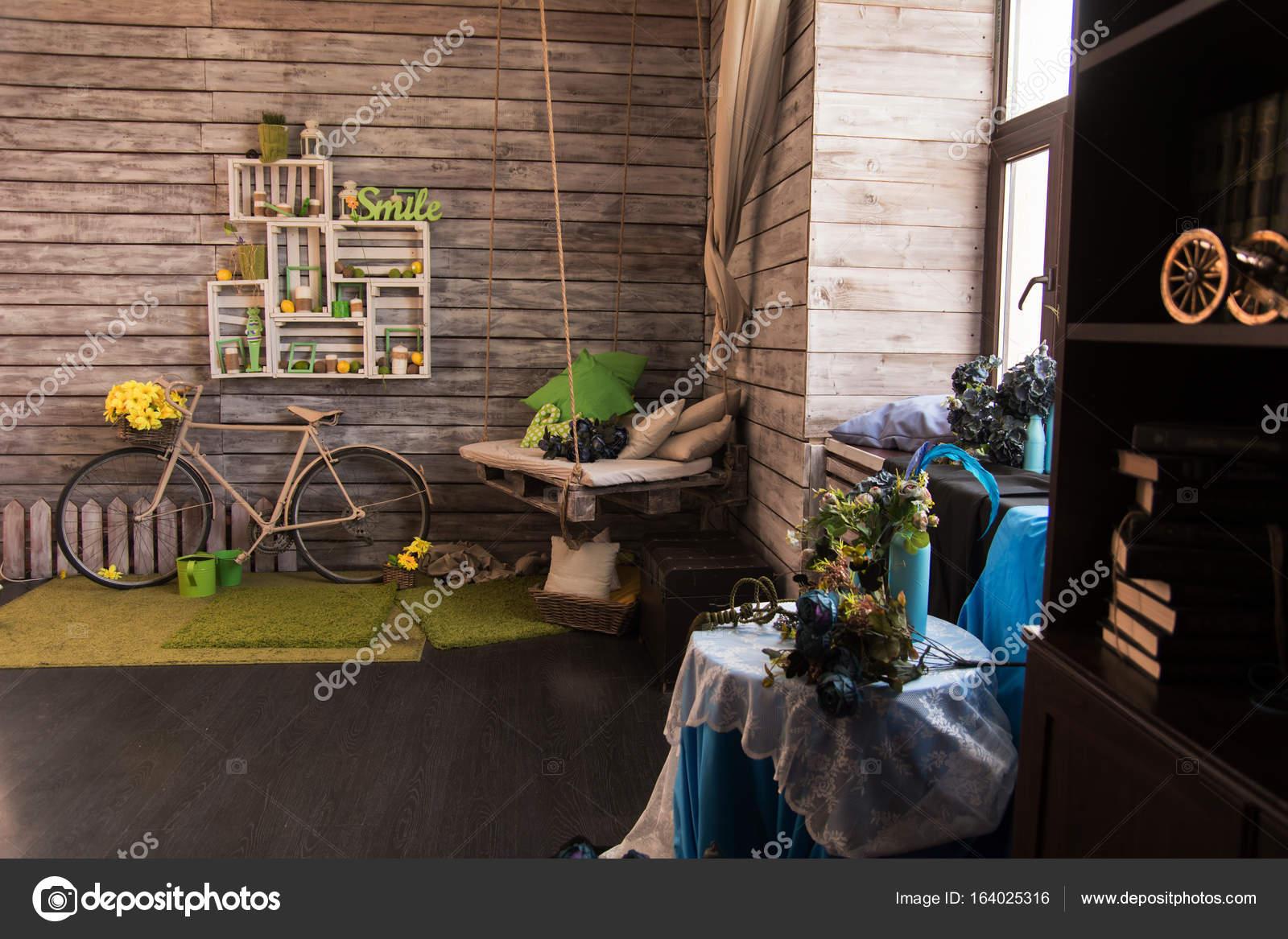 Interni Di Una Casa Di Campagna : Interni di una casa di campagna con un muro di tavole di legno